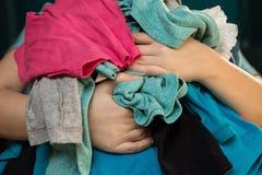 Mamá sobrecargada con el lavadero sucio Imagen de archivo