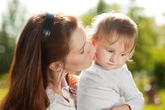Mamá y bebé de la belleza al aire libre Familia feliz que juega en naturaleza MES foto de archivo