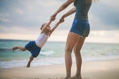Mamá y bebé que juegan cerca de la playa Viajando con la familia, niño fotografía de archivo libre de regalías