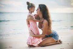 Mamá y bebé que juegan cerca de la playa Viajando con la familia, niño imagen de archivo libre de regalías