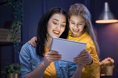 Mamá y niño con la tableta imagen de archivo libre de regalías