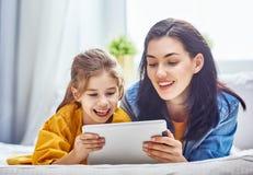 Mamá y niño con la tableta fotos de archivo libres de regalías