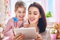 Mamá y niño con la tableta foto de archivo