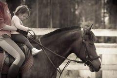 Mamá y niño en el caballo Imagen de archivo libre de regalías