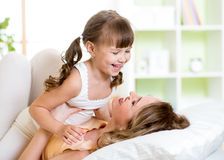 Mamá y niño que se divierten en cama Fotos de archivo libres de regalías