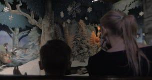 Mamá y niño que tienen un paseo en parque de atracciones interior almacen de video