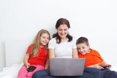 Mamá y niños con smartphones Fotografía de archivo