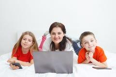 Mamá y niños con smartphones Foto de archivo libre de regalías