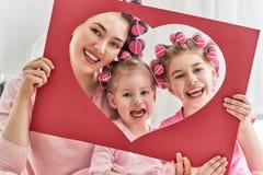 Mamá y niños que hacen el pelo imagenes de archivo