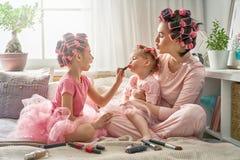 Mamá y niños que hacen maquillaje imagen de archivo