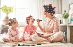 Mamá y niños que hacen maquillaje fotografía de archivo libre de regalías