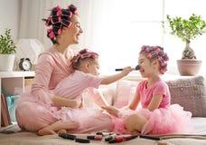 Mamá y niños que hacen maquillaje imagenes de archivo