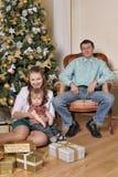 Mamá y papá con el hijo en la Navidad Foto de archivo