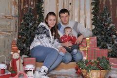 Mamá y papá con el hijo en la Navidad Fotografía de archivo libre de regalías