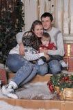 Mamá y papá con el hijo en la Navidad Fotos de archivo libres de regalías