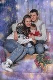 Mamá y papá con el hijo en la Navidad Imagen de archivo