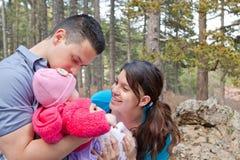 Mamá y papá que gozan de la hija del bebé Foto de archivo