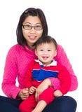 Mamá y pequeño bebé fotos de archivo