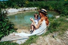 Mamá y su bebé que se divierten fotos de archivo libres de regalías