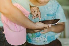 Mamá y su hijo que usa smartphone junto imagenes de archivo