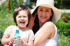 Mamá y su pequeña hija Imagen de archivo libre de regalías