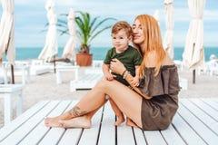 Mamá y su pequeño hijo en la playa, el vacaciones foto de archivo
