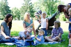 Mamáes y niños en el parque Imagen de archivo libre de regalías