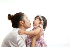 A mamã é guardarando e de jogo com seu bebê Imagens de Stock Royalty Free