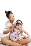 A mamã é guardarando e de jogo com seu bebê Foto de Stock