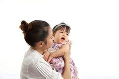 A mamã é guardarando e de jogo com seu bebê Imagem de Stock Royalty Free