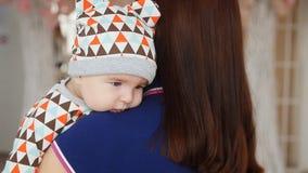 A mamã abraça o bebê vídeos de arquivo