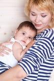 A mamã abraça sua filha pequena Foto de Stock Royalty Free