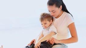 A mamã afaga o filho novo que joga com amor vídeos de arquivo