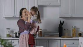A mamã alegre e as necessidades especiais caçoam a dança na cozinha filme
