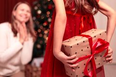 Mamã alegre e sua menina bonito da filha que trocam presentes Feliz Natal e boas festas fotografia de stock royalty free