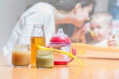A mamã alimenta o bebê puro suco bebida Foto de Stock
