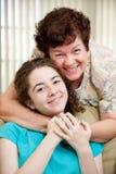 A mamã ama a filha adolescente Foto de Stock