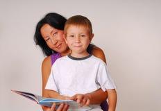 Mamã & filho sete de leitura foto de stock