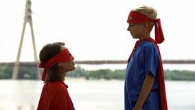 A mamã apoia o filho no jogo do super-herói, psicoterapia para que o menino lide com os problemas fotos de stock royalty free