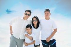 Mamã asiática do paizinho com o filho dois na natureza imagens de stock royalty free