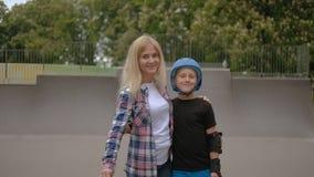 Mamã atlética do skate do filho do rolo do lazer da família vídeos de arquivo