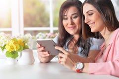 Mamã com filha com uma tabuleta Imagens de Stock Royalty Free