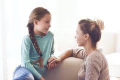 Mamã com a filha pre adolescente Fotografia de Stock