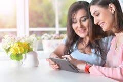 Mamã com filha com uma tabuleta Imagem de Stock Royalty Free