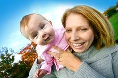 Mamã com seu jogo do bebé ao ar livre. fotos de stock royalty free