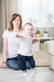 Mamã com um bebê onze meses velho Imagens de Stock Royalty Free