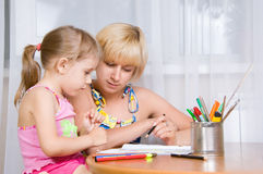 A mamã com uma criança desenha Fotografia de Stock