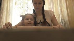 Mamã com uma menina com um rolo do pino do rolo a massa vídeos de arquivo