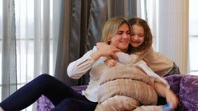 Mamã da atenção da filha do relacionamento de família ocupada filme