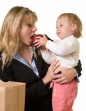 Mamã de alimentação do bebê imagens de stock royalty free